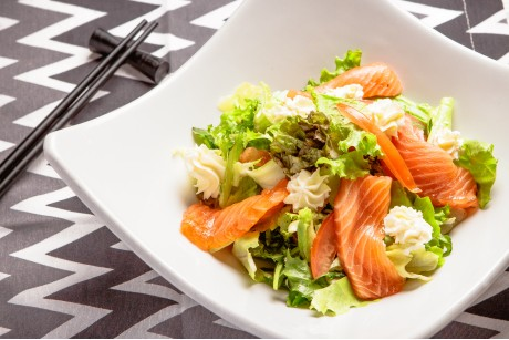 Салат со слабо соленым лососем